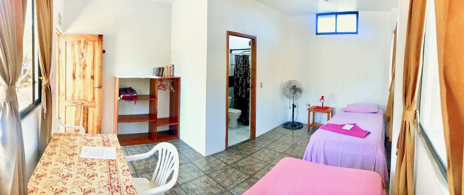 Habitación grande con dos camas individuales